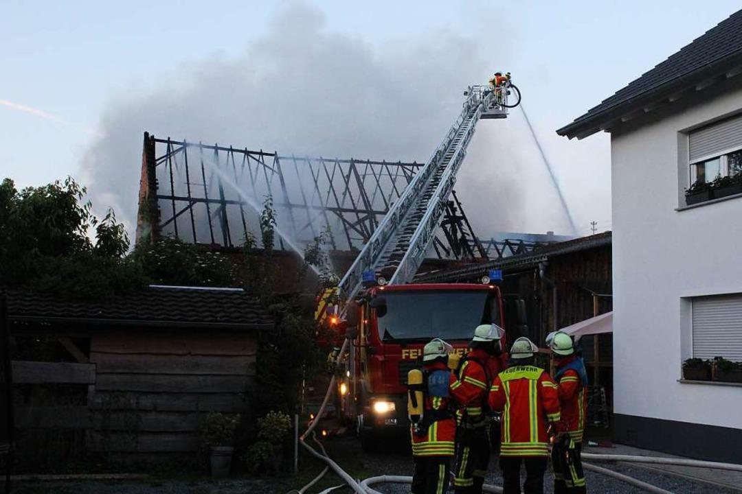 Am zweiten Juniwochenende brannten dann erneut zwei Scheunen.  | Foto: Feuerwehr Herbolzheim
