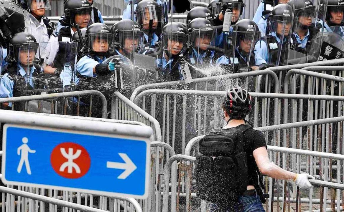 Die Proteste in Hongkong schlagen in Gewalt um.  | Foto: --- (dpa)