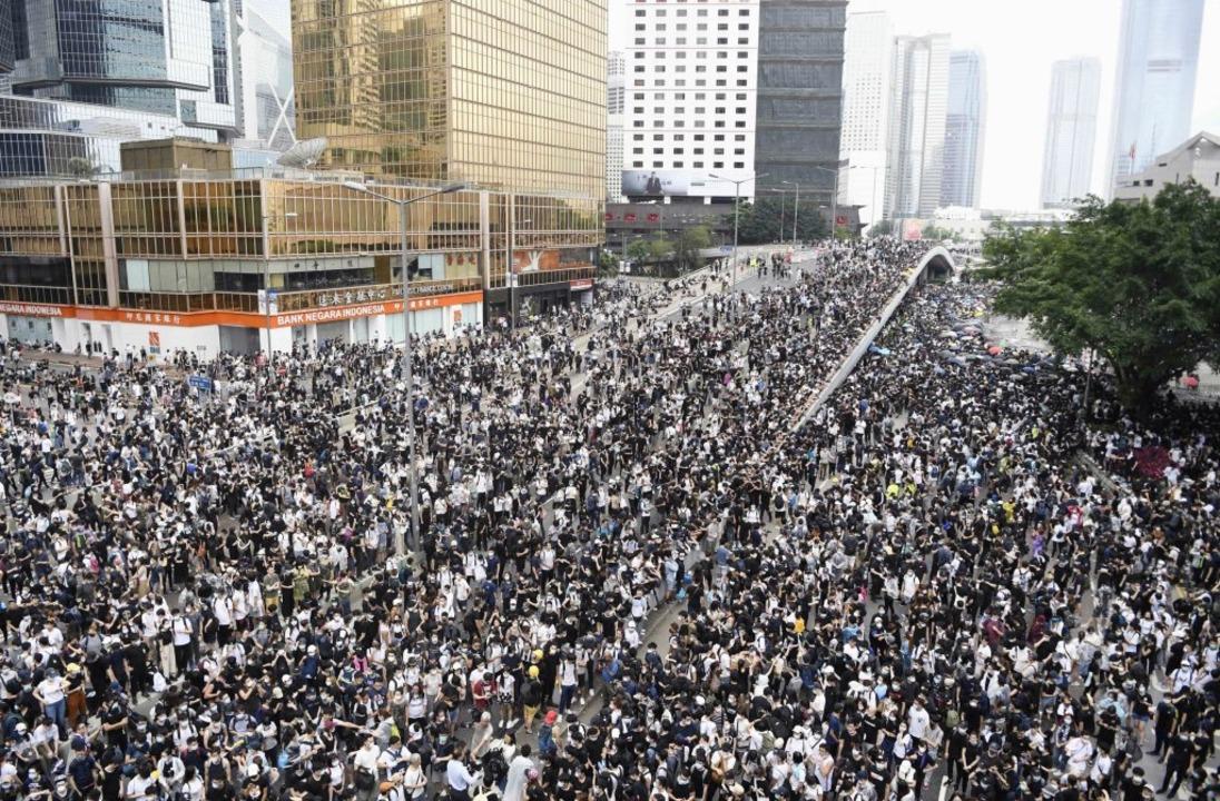 Die Proteste in Hongkong sind riesig.  | Foto: --- (dpa)