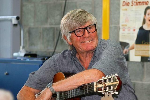 Der Mann mit der Gitarre hört nach 45 Jahren als VHS-Dozent auf
