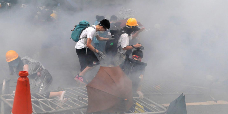 Die Proteste in Hongkong schlagen in Gewalt um.  | Foto: Kin Cheung (dpa)