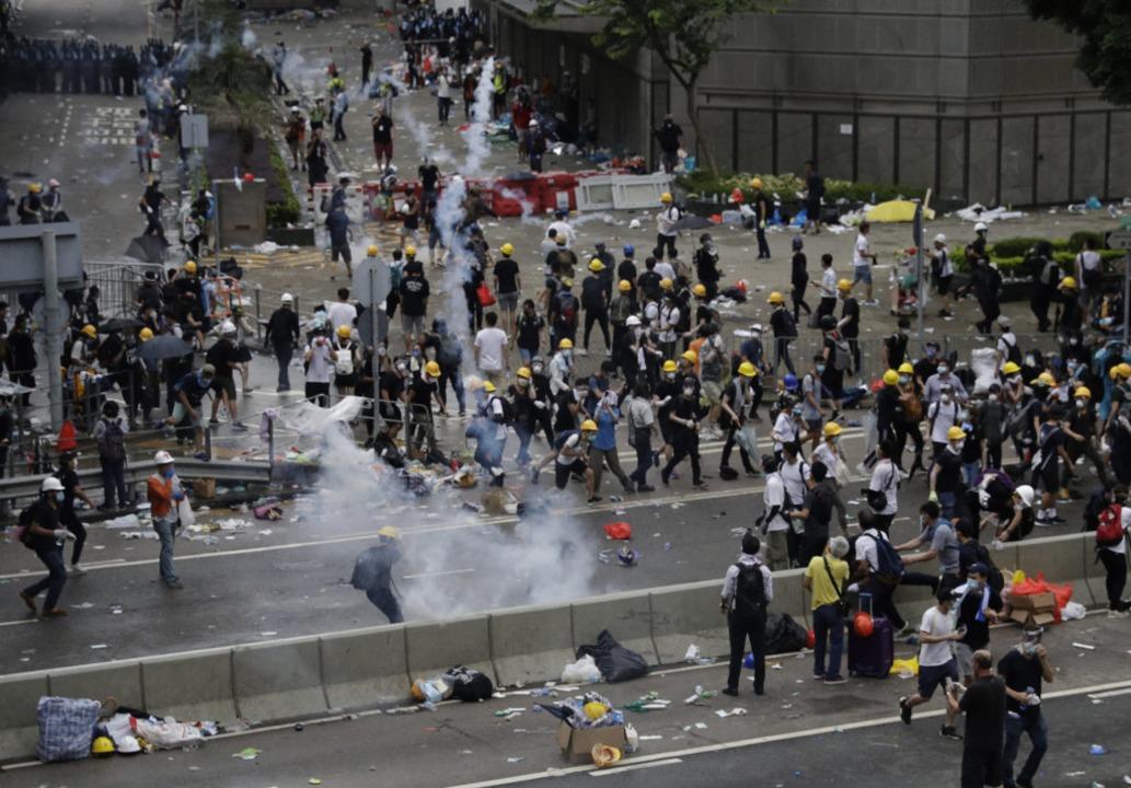 Die Proteste in Hongkong schlagen in Gewalt um.  | Foto: Vincent Yu (dpa)