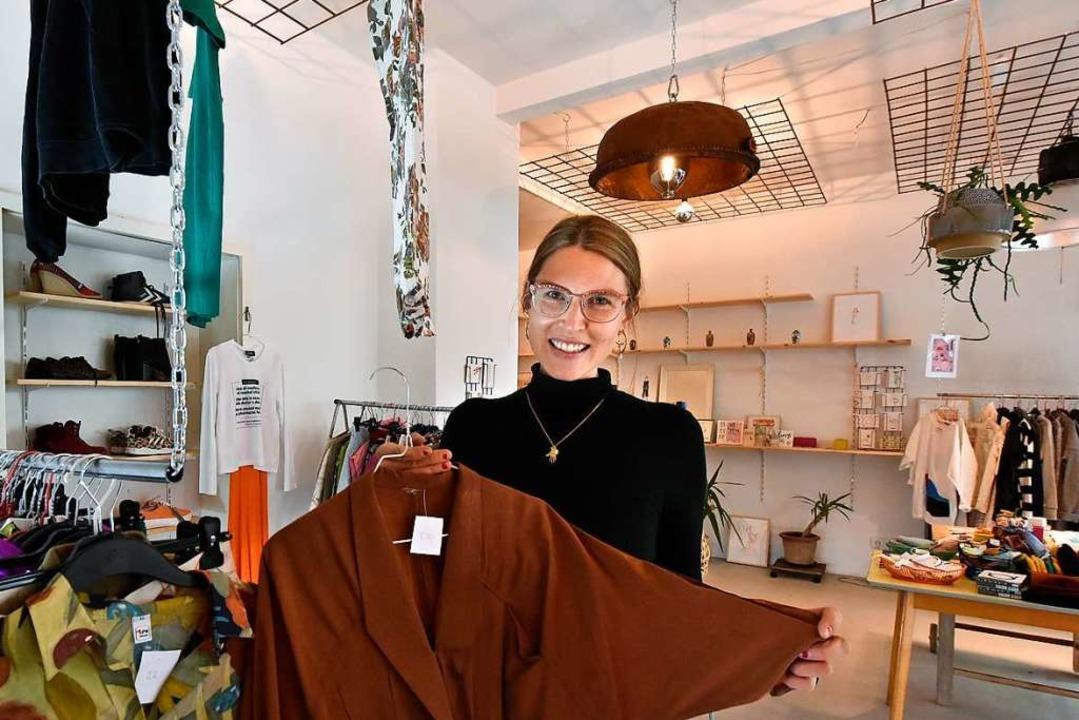 Inhaberin Maria Schorn in ihrem Secondhandladen Klara 80 im Stühlinger.  | Foto: Michael Bamberger