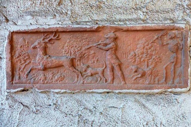 Auf einem Steinrelief wird der Totentanz gezeigt