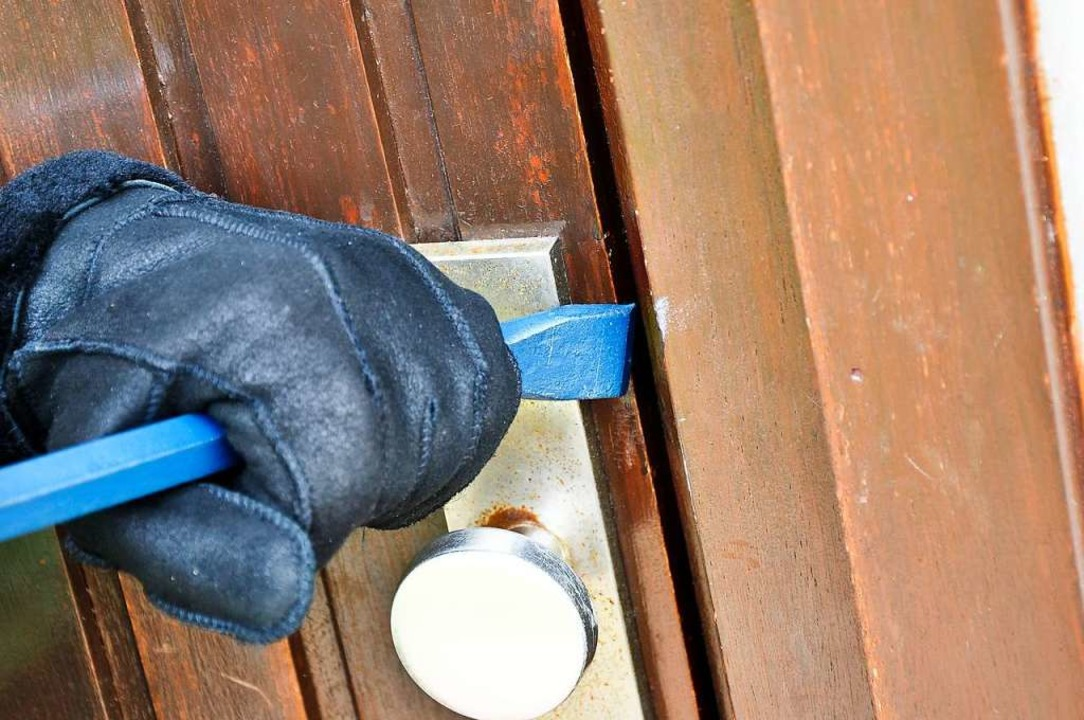 Die Einbrecher hebelten die Tür eines Nebengebäudes auf (Symbolbild).  | Foto: Marco2811 - stock.adobe.com