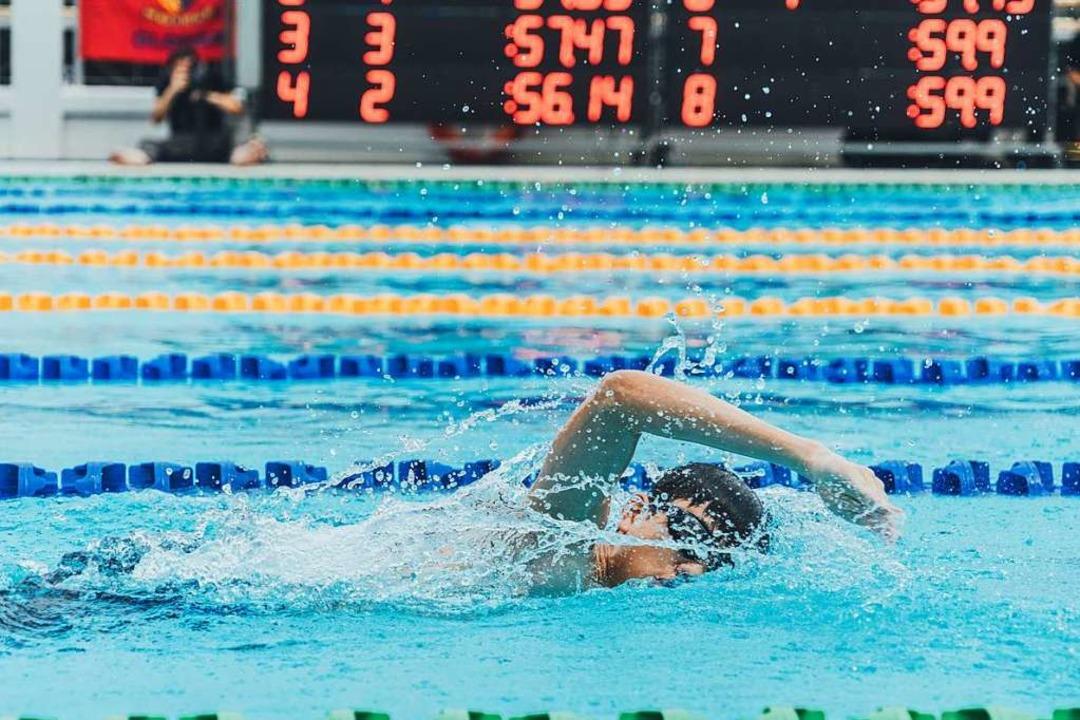 Schwimmen auf Zeit fällt selbst angehenden Sportlehrerinnen und -lehrern schwer.  | Foto: Goh Rhy Yan (Unsplash.com)