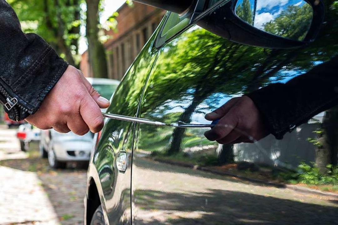 An mehreren geparkten Autos wurden Türen und Kofferraum zerkratzt.  | Foto: jensrother - stock.adobe.com
