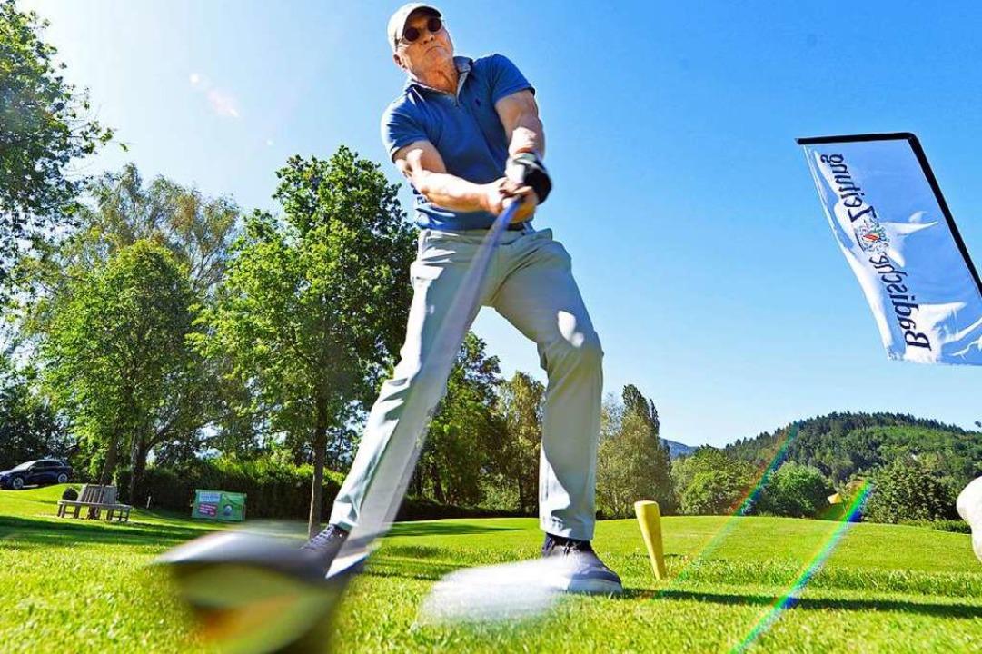 Mit viel Schwung schlugen die Golferin...über das Grün auf dem Platz in Zarten.  | Foto: Michael Bamberger