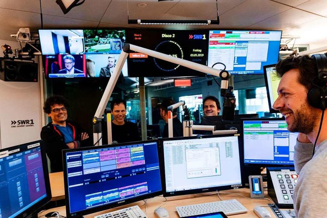 Die Scaramouche-Mitglieder Frank Vette...Klein (vorne) bei der SW-Radiosendung.  | Foto: Pirmin Styrnol
