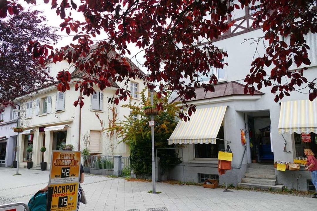 Links die Modeboutique, rechts das Tee...Geschäftshaus an der Stelle errichten.  | Foto: Elena Borchers