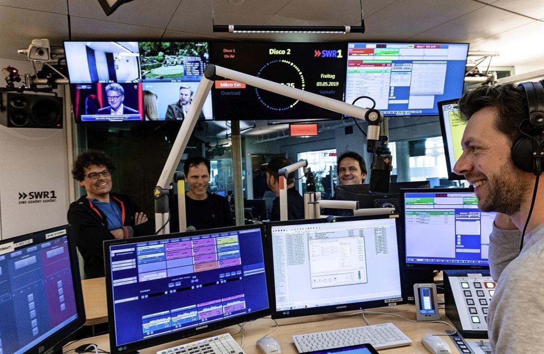 Die Scaramouche-Mitglieder Frank Vette...lein (vorne) bei der SW-Radiosendung.   | Foto: Pirmin Styrnol