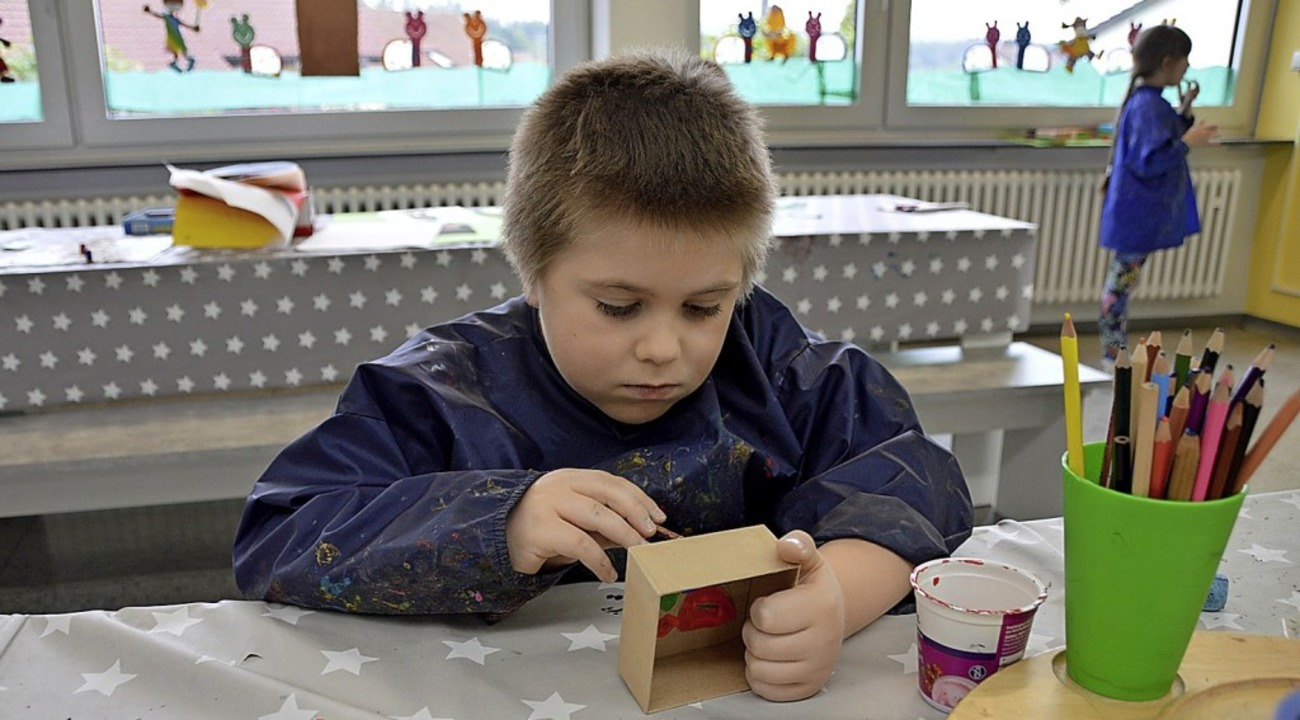 Der achtjährige Max verziert konzentriert seine Schmuckbox.  | Foto: Horatio Gollin