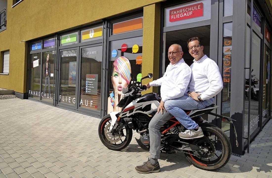 Vom Ein-Mann-Betrieb zum Unternehmen m...chen Fliegauf vor dem Fahrschulgebäude    Foto: Sarah Schädler
