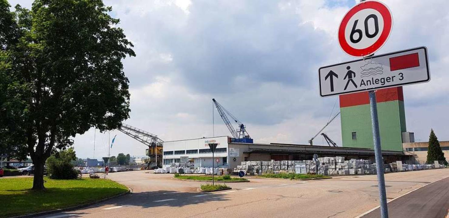 Auf dem Gelände der Rheinhafen Breisac...1;  nun soll ein weiterer hinzukommen.  | Foto: Julius Wilhelm Steckmeister