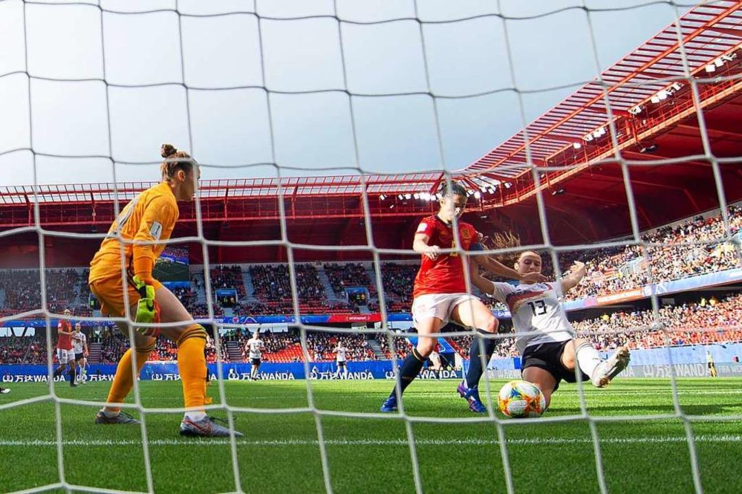 Sara Dabitz (rechts) spitzelt den Ball zum 1:0 ins spanische Tor.  | Foto: Sebastian Gollnow (dpa)