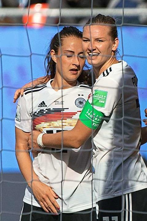 Torschützin Sara  Däbritz freut sich m...exandra Popp über den Treffer zum 1:0.  | Foto: Sebastian Gollnow (dpa)