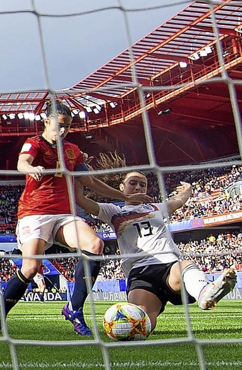 Sara Däbritz (rechts) stochert den Ball  ins Tor.   | Foto: Sebastian Gollnow (dpa)