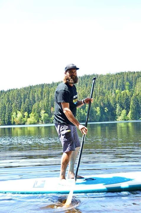 Florian Jähne gibt auf dem Windgfällweiher SUP-Kurse.  | Foto: Laetitia Bürckholdt