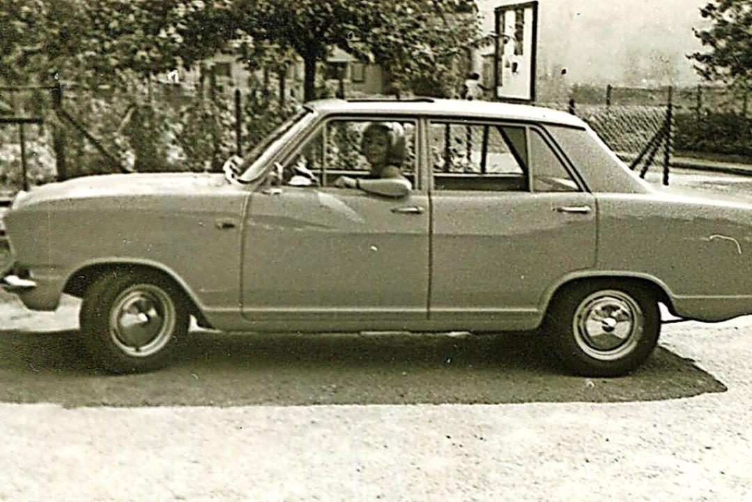 Julius Fliegaufs Ehefrau im Opel Kadett, dem ersten Fahrschulauto    Foto: privat