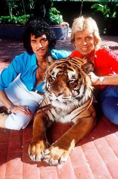 Siegfried (rechts) und Roy mit einem ihrer Tiger im Jahr 1980.  | Foto: Horst Ossinger (dpa)