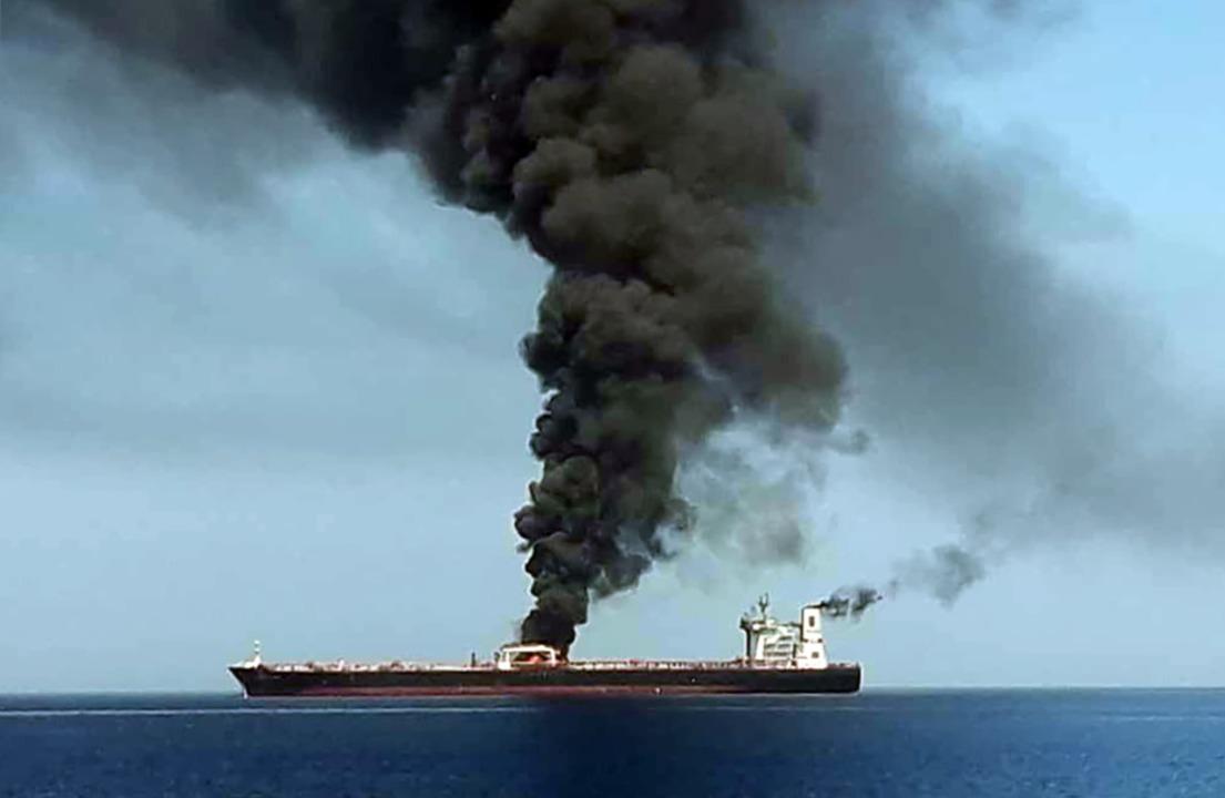 Im Golf von Oman geriet der Öltanker «...Frontline nach einem Angriff in Brand.  | Foto: HO / IRIB TV / AFP