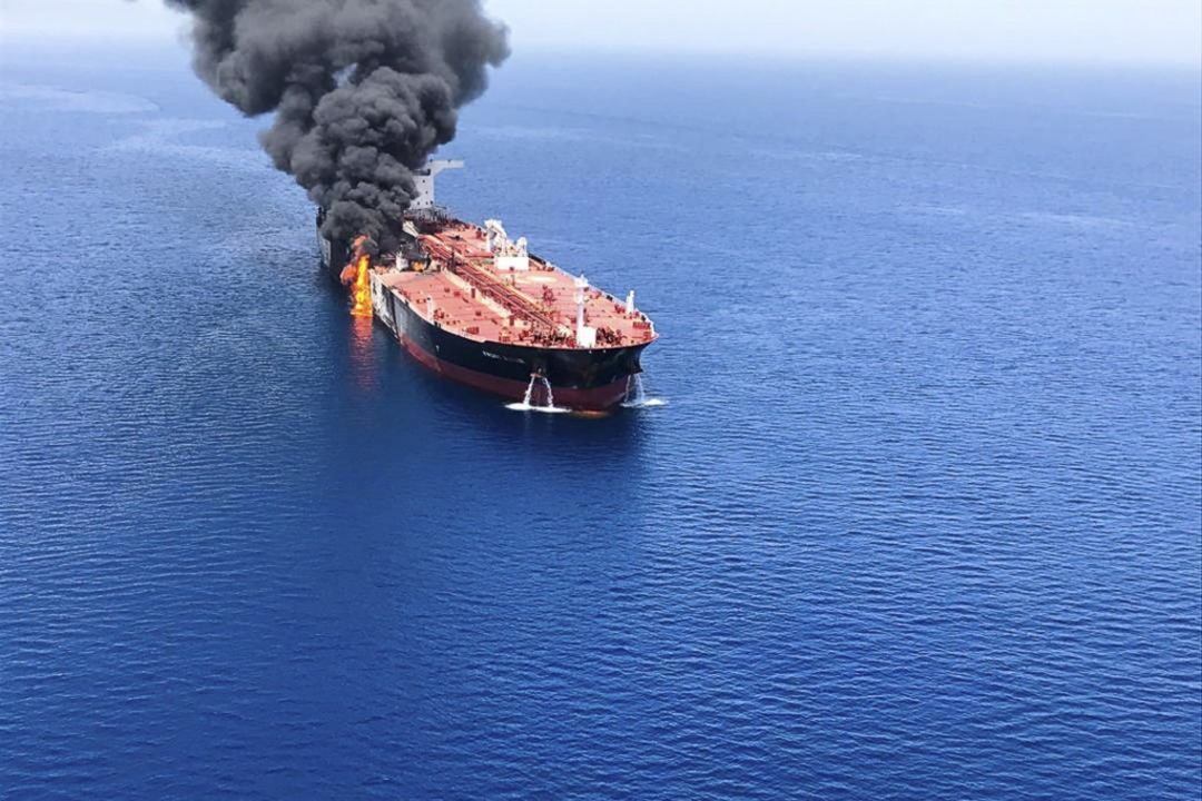Im Golf von Oman geriet der Öltanker «...Frontline nach einem Angriff in Brand.  | Foto: Uncredited (dpa)