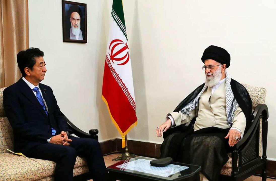 Ajatollah Ali Chamenei (rechts) mit de...nischen Ministerpräsidenten Shinzo Abe  | Foto: Uncredited (dpa)