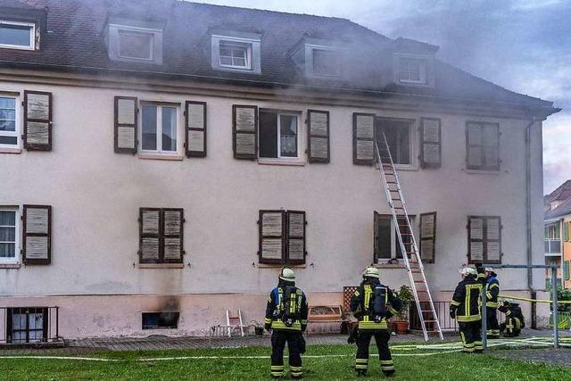 Feuerwehr muss sieben Menschen aus einem Haus retten