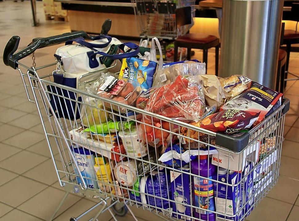 Der gefüllte Einkaufswagen eines schwe...tattung der deutschen Mehrwertsteuer.   | Foto: Katharina Schlegel