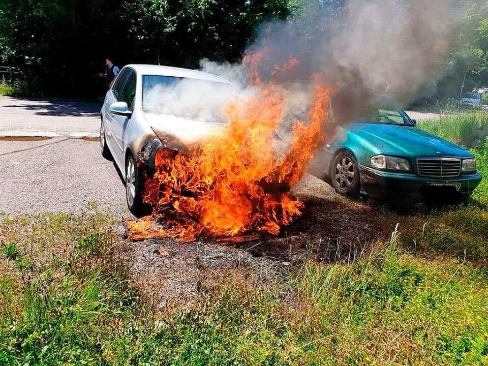 An diesem Auto, das auf einem Parkplat... Eingreifens der Polizei Totalschaden.  | Foto: Feuerwehr
