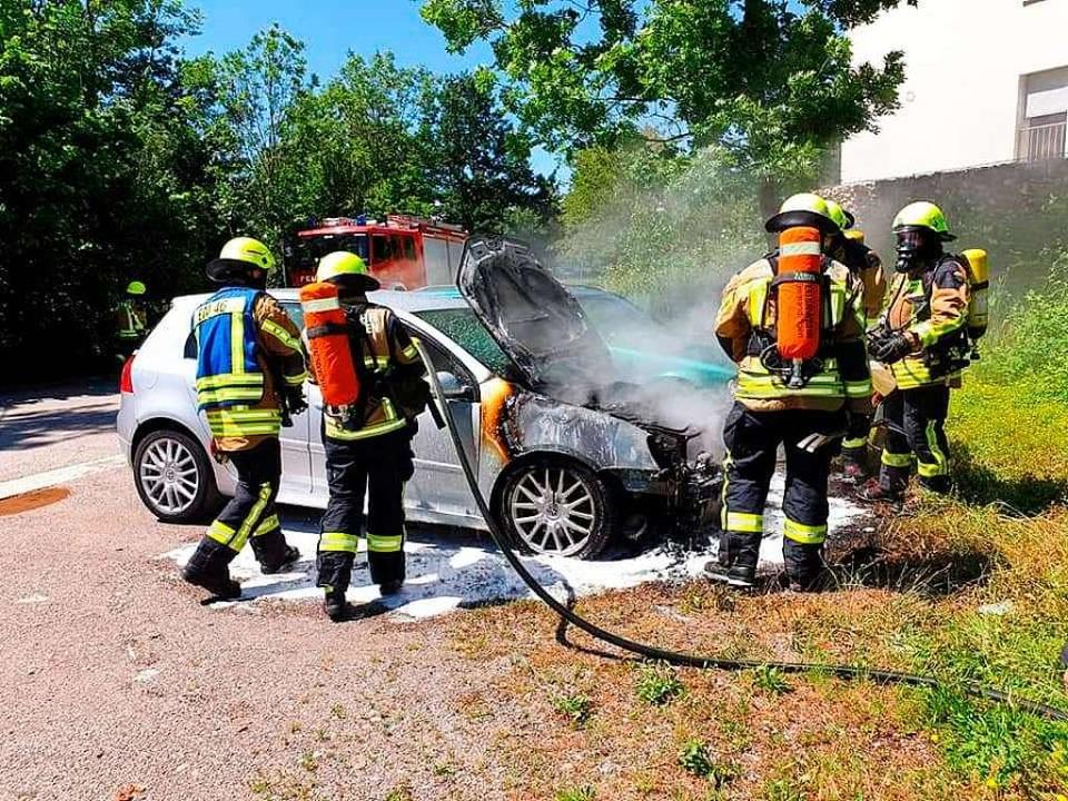 Trotz schneller Reaktion der Feuerwehr war an dem Auto nichts mehr zu retten.  | Foto: Feuerwehr