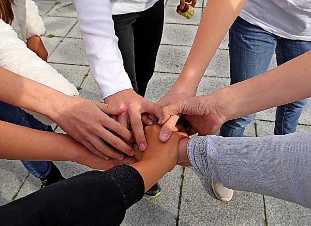 Deutsche und französische Schüler verabschieden sich mit Händedruck   | Foto: Clemens Geissler