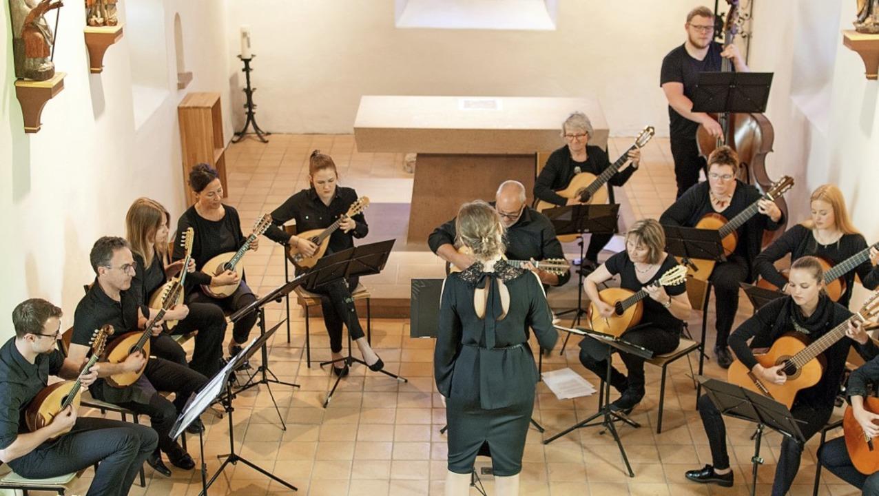 Klingendes Spiel von Mandolinen und Gitarren umrahmte die ökumenische Feier.   | Foto: Thomas Schwendemann