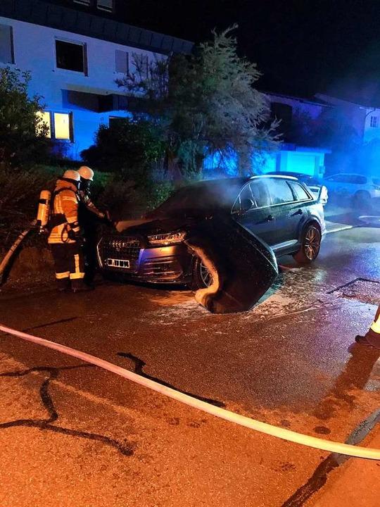 Der Audi SQ7 in Bombach wurde laut Polizei völlig zerstört.  | Foto: Feuerwehr Kenzingen