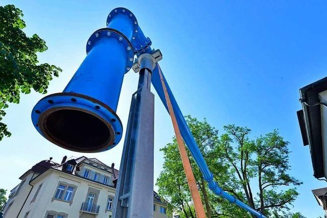Wieso über einem Gehweg in Freiburg ein Rohr schwebt und dieses im Nichts endet