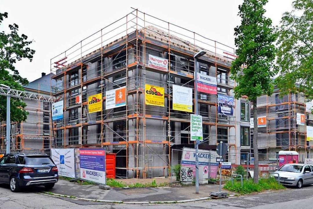 Die Rohbauten der vier Gebäude stehen....r sollen die ersten Mieter einziehen.   | Foto: Michael Bamberger