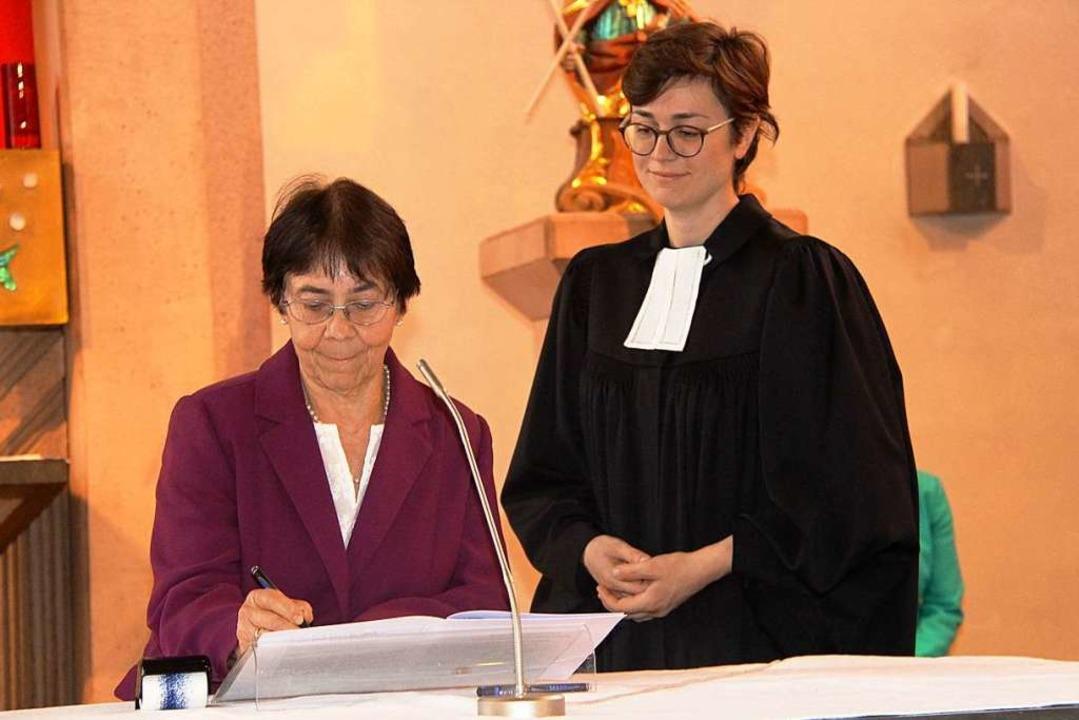 Vom evangelischen Kirchengemeinderat B...in Laura Artes die Rahmenvereinbarung.  | Foto: Horst David
