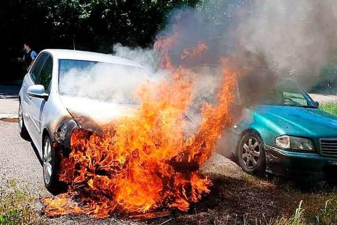 Der Golf auf dem Mehlsack-Parkplatz bei Mundingen brannte aus.  | Foto: Feuerwehr
