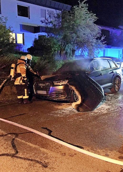 Auch der Audi SQ7 in Bombach wurde laut Polizei völlig zerstört.  | Foto: Feuerwehr Kenzingen