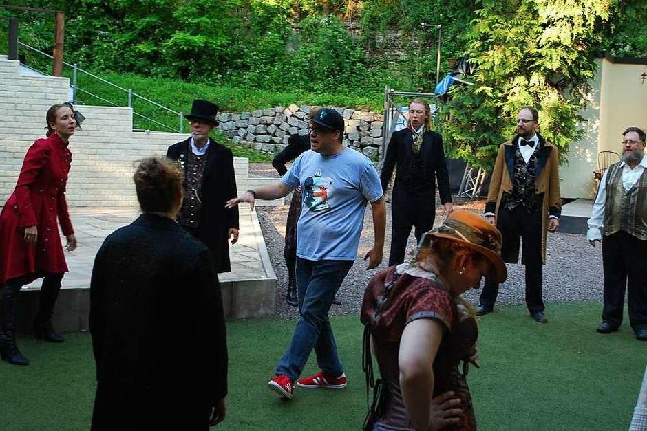 Erst mal schön locker machen! Regisseur Benedikt Bachert (Mitte) gibt den Takt vor. (Foto: Sylvia-Karina Jahn)