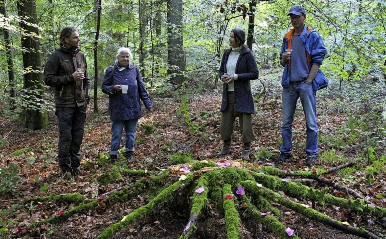 Jeder Teilnehmer erschuf ein eigenes Kunstwerk auf dem Waldboden.  | Foto: Annika Sindlinger