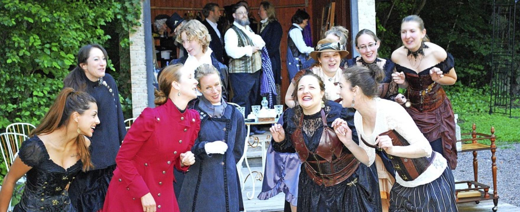 Die Teegesellschaft ist ein festes Element im Theaterstück.   | Foto: Sylvia-Karina Jahn