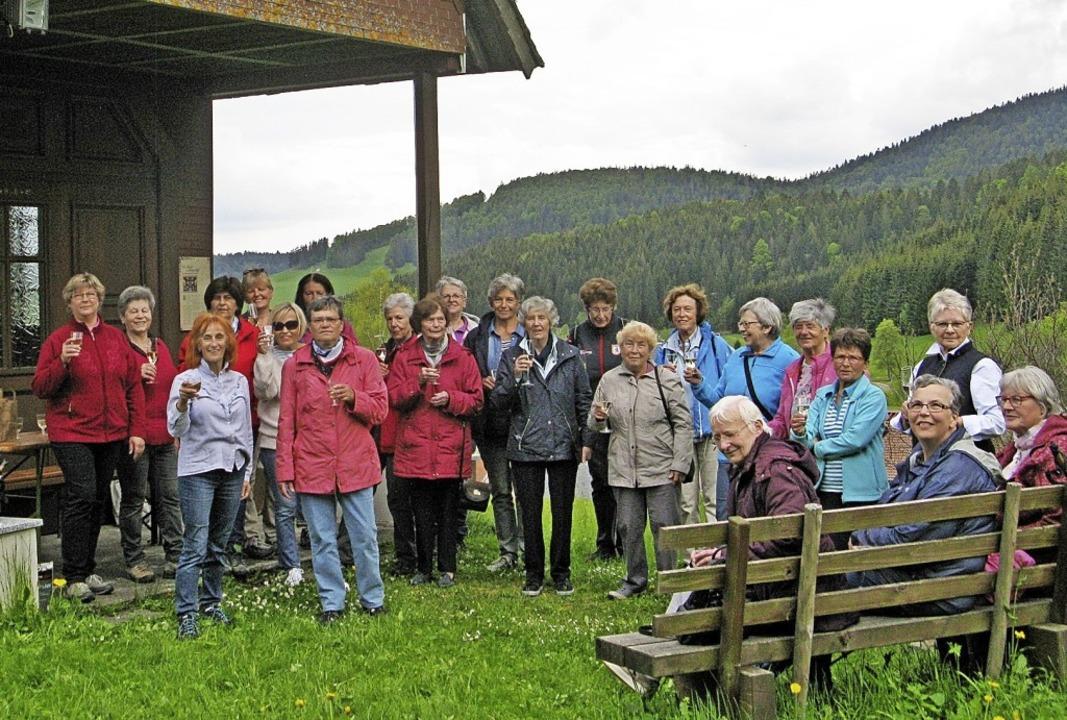 Gisela Klein (vorne links) feiert das ...der Sektpause  vor der Hofer Kapelle.   | Foto: Ulrike Spiegelhalter
