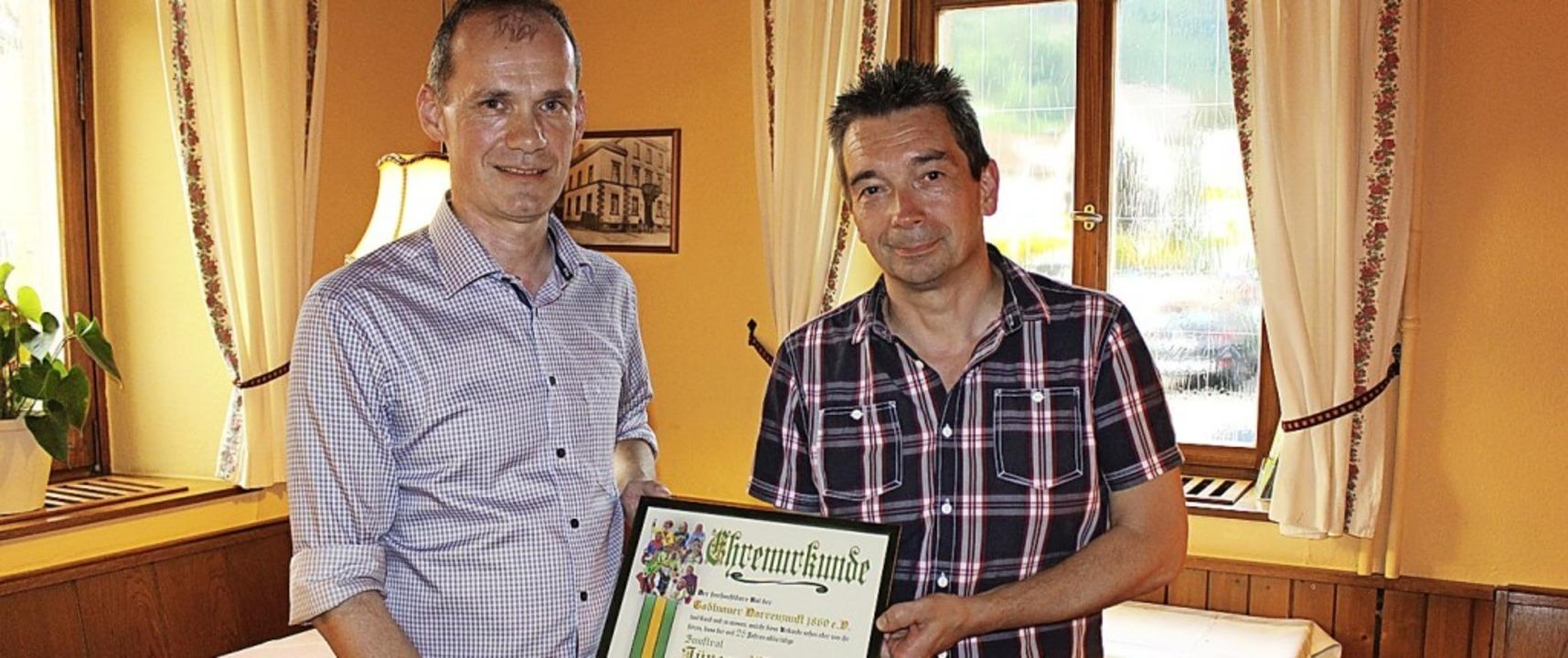 Jürgen Franz (links) ehrte  Jürgen Weh...ahre aktive Arbeit in der Narrenzunft.  | Foto: Martin Klabund