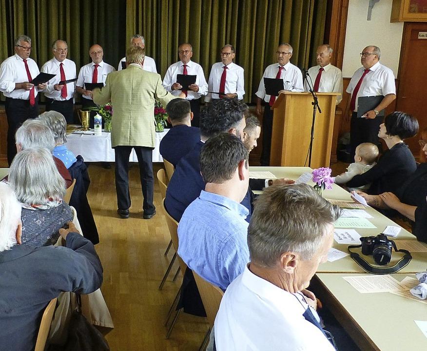 Der Männerchor umrahmte den Pfingstgottesdienst in der Hüsinger Gemeindehalle.    | Foto: Vera Winter