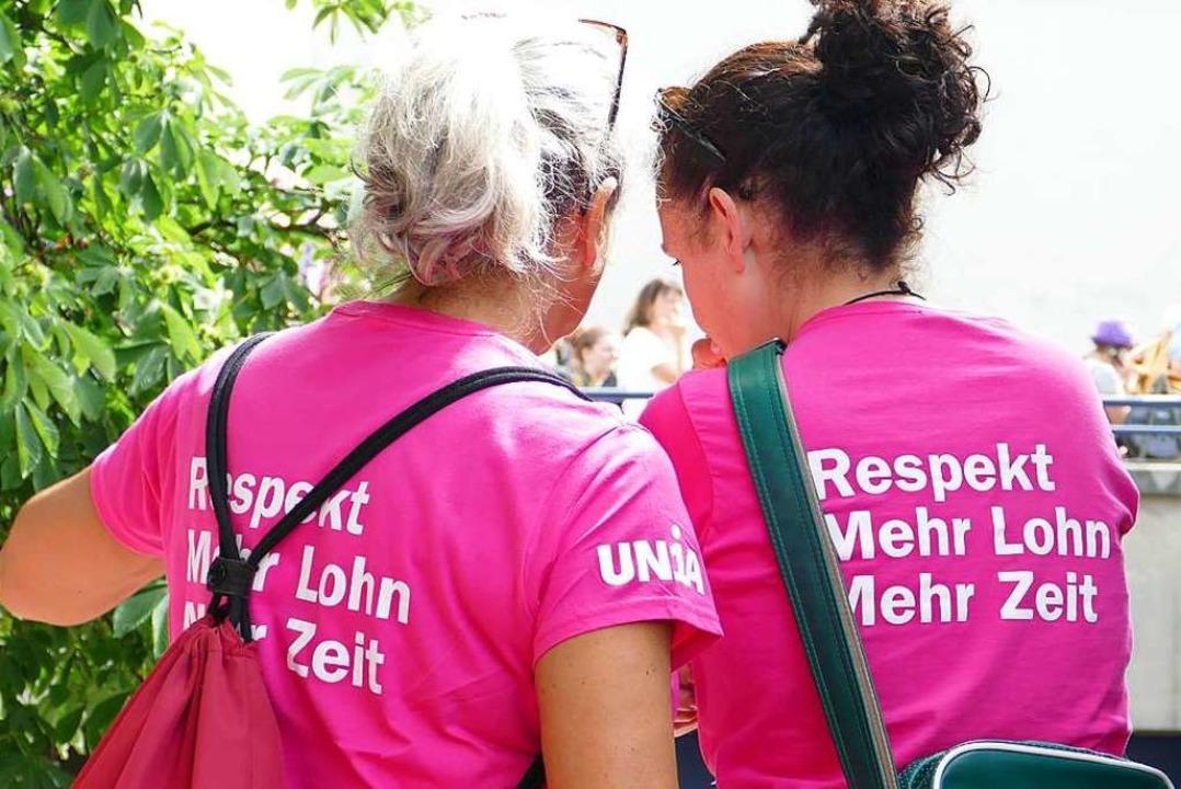 Fröhliche Stimmung, klare Forderungen: Szenen von der Frauen-Demo in Basel.  | Foto: Martina David-Wenk