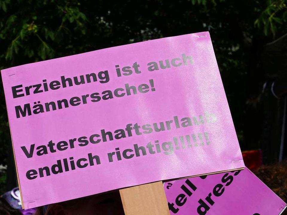 Fröhliche Gesichter, klare Forderungen: Szenen von der Frauen-Demo in Basel.  | Foto: Martina David-Wenk