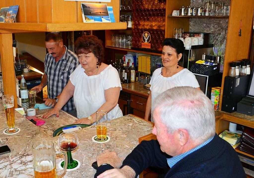 Immer im Einsatz für Ihre Gäste, von l...öhrlin, Simone Watter mit einem  Gast.  | Foto: Alfred Arbandt