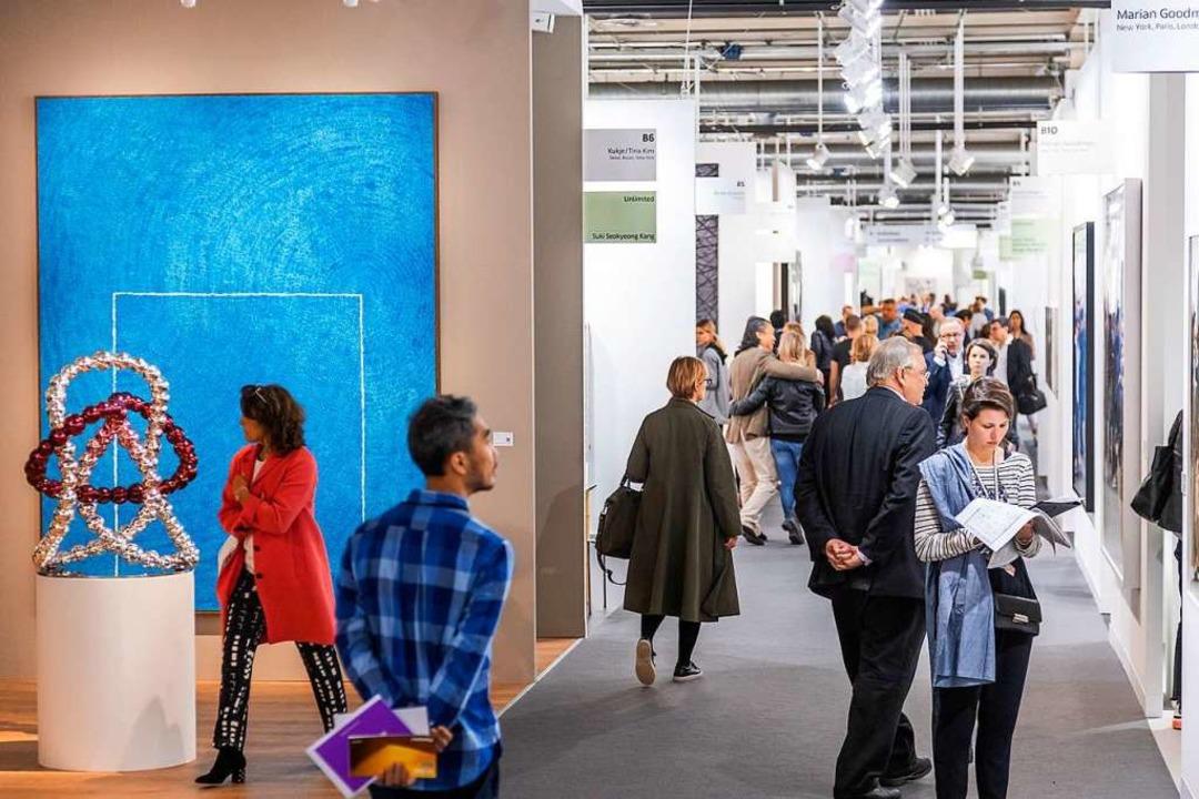 Mitunter geht es gedrängt zu in den Gängen der Art Basel 2019.  | Foto: scott rudd