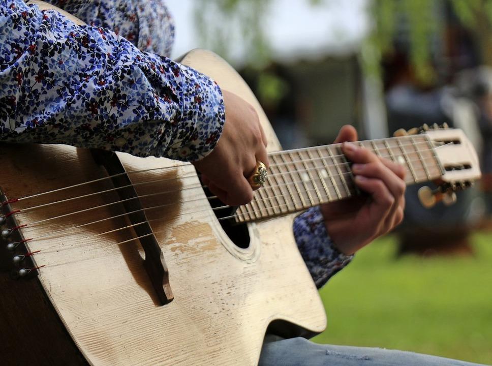 Gitarren spielen eine wichtige Rolle beim Jazz Manouche.  | Foto: Julia Jacob